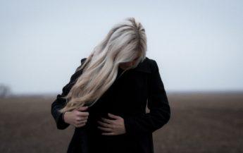 Capcanele în care poate nimeri o femeie singură
