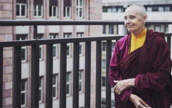 O călugăriță budistă explică diferența dintre iubire și atașament