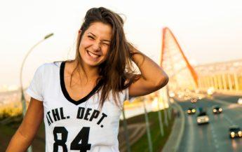 8 motive pentru care fetele frumoase sunt adesea singure
