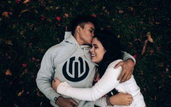 Îmbrățișările – un poem de dragoste scris pe piele