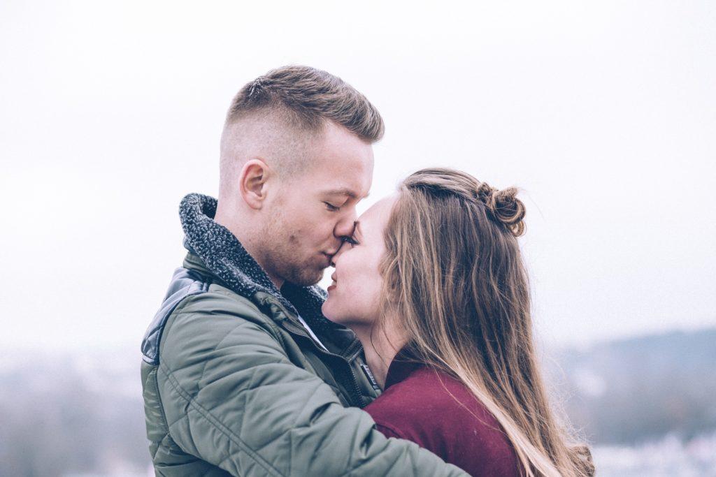 Iubirea adevărată este intimitate și dezvoltare, iubirea toxică este concentrată pe defecte și manipulări.