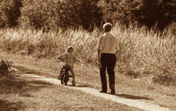 Creșterea copiilor noștri lângă bunici este cel mai mare cadou