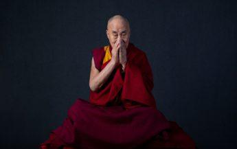 Aștepți un bărbat, dar el încă nu apare în viața ta: 7 porunci ale lui Dalai Lama pentru femei